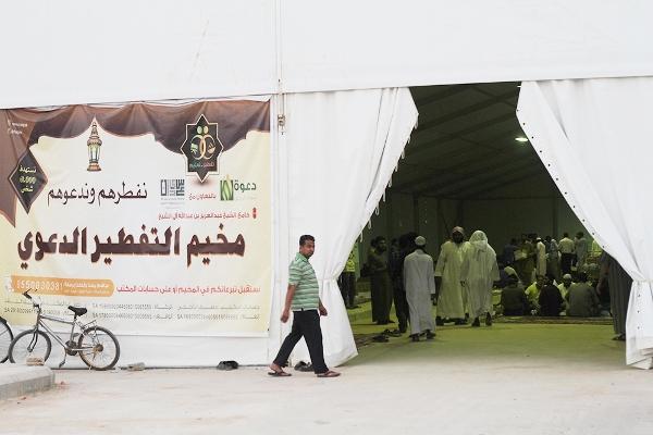 100 الف صائم يتم تفطيرهم في 4 مواقع شمال الرياض