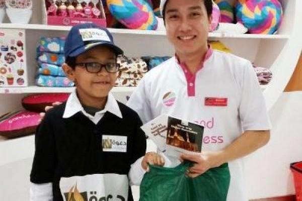 توزيع 200 هدية شتوية لغير المسلمين في المجمعات التجارية