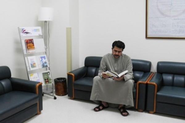 توزيع حاملات الكتب العلمية والمطويات في 14 موقعا بمجمع الملك سعود الطبي
