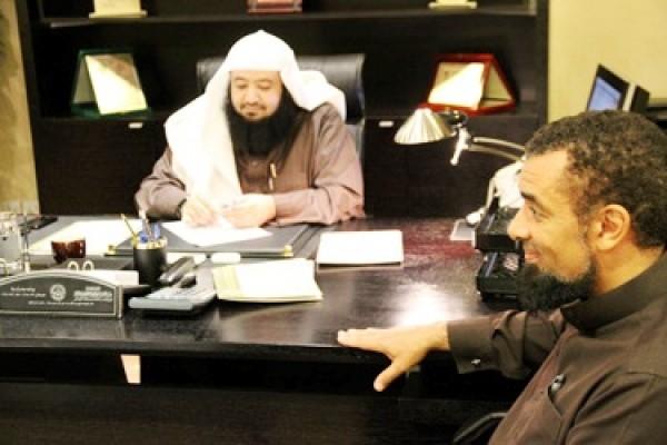 """""""ساميان"""" البريطاني يزور المكتب وينقل تجربة اسلامه"""