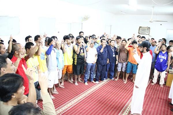 خلال أسبوع واحد: 160 رجلا يعتنقون الإسلام