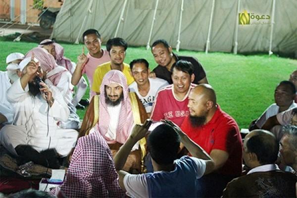 """الشيخان الشثري والعجلان يشهدان إسلام 17 فلبينيا في ملتقى """"حُجة وهداية"""""""